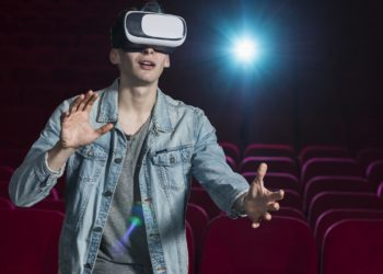boy-with-vr-glasses-in-cinema copie